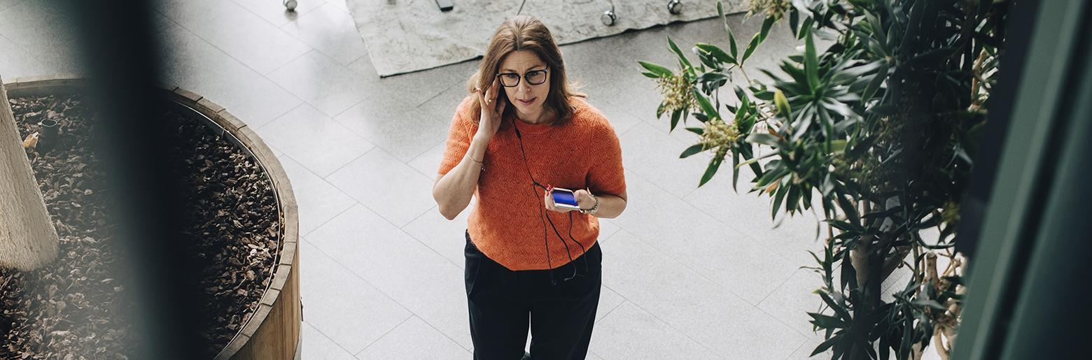 Kvinne som snakker i mobiltelefon