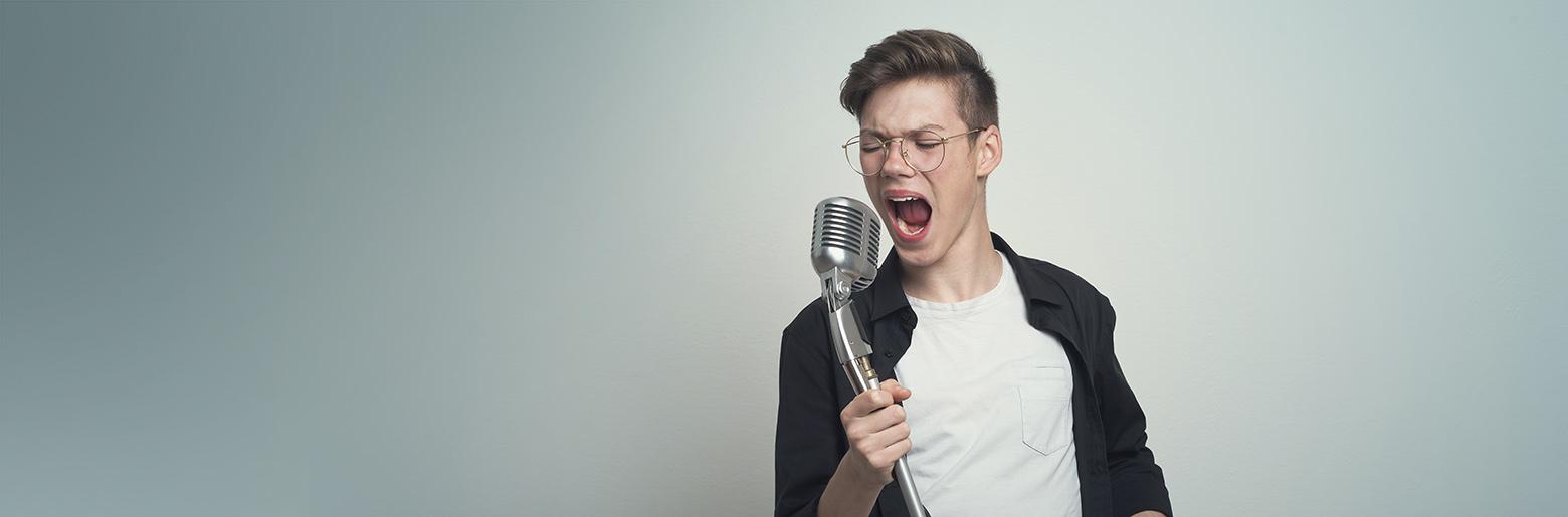 Mann synger karaoke