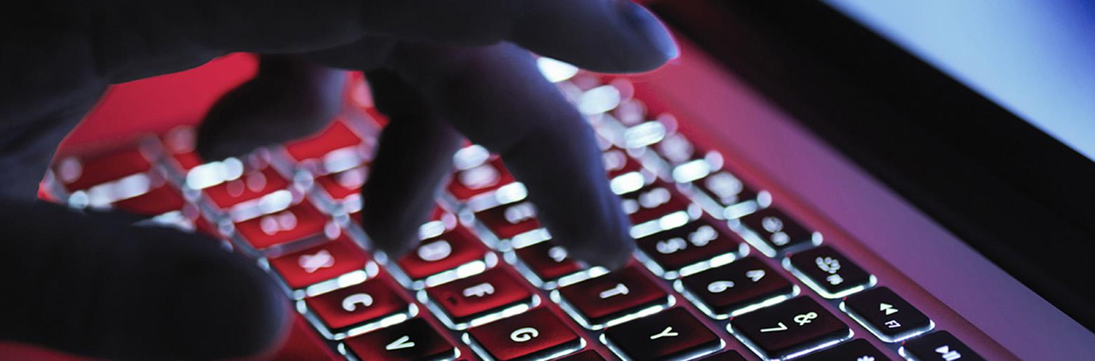 Fingre skriver på tastatur