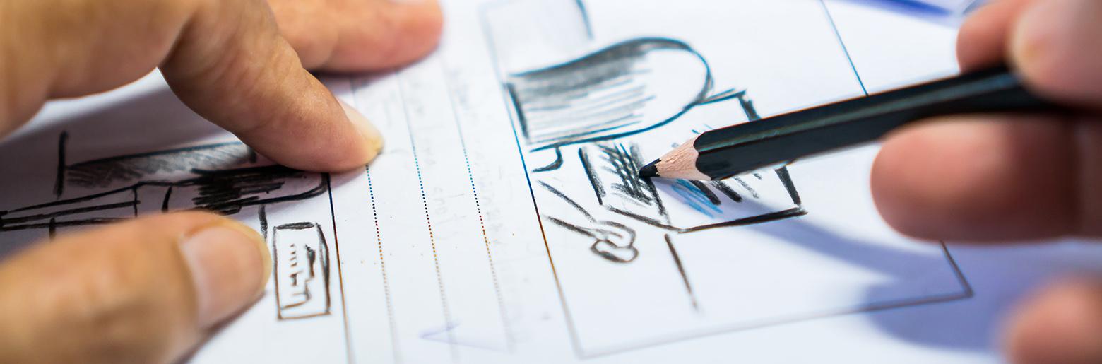 Person skisserer fremtidens produkt på papir
