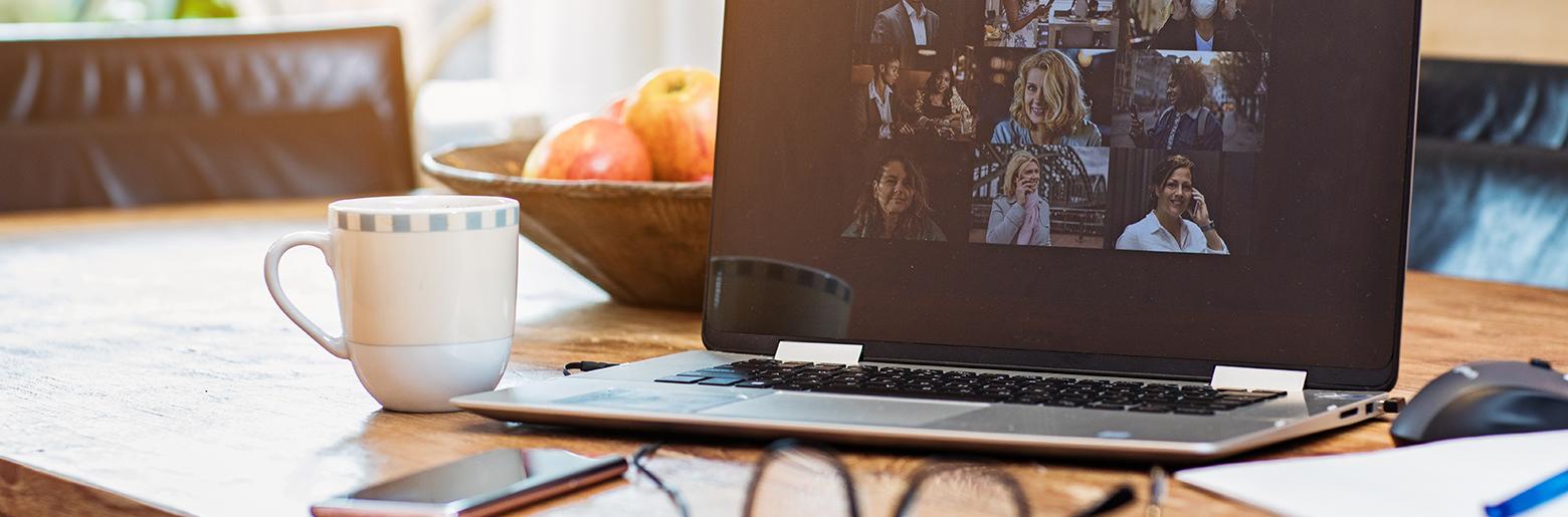 Hjemmekontor med PC og kaffe på et bord