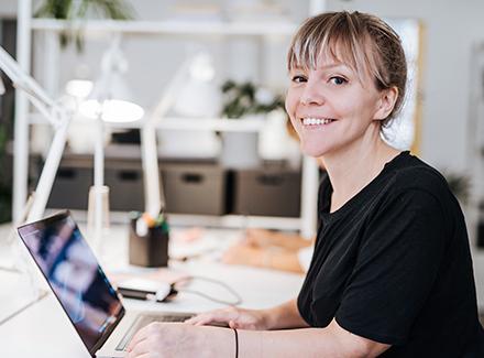 Kvinne jobber på PC