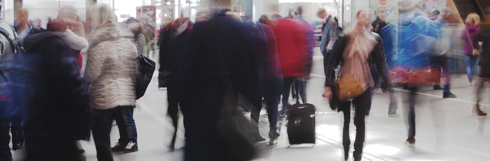 Mennesker på farten i en stasjonshall