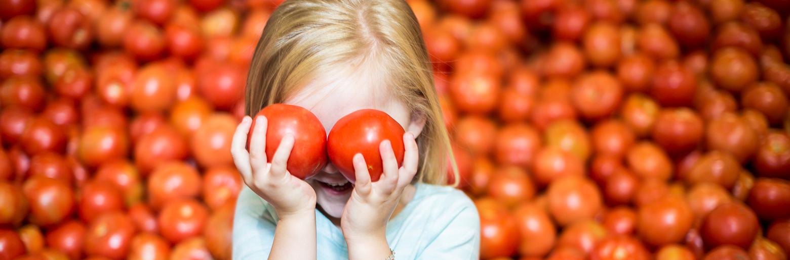 Illustrasjonsbilde_liten jente i butikk med tomater