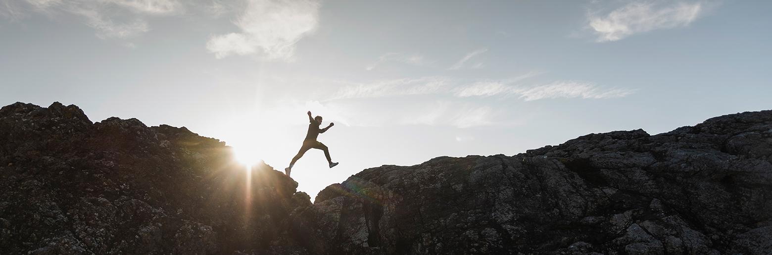 Illustrasjonsbilde for bærekraft: mann hopper over en liten kløft