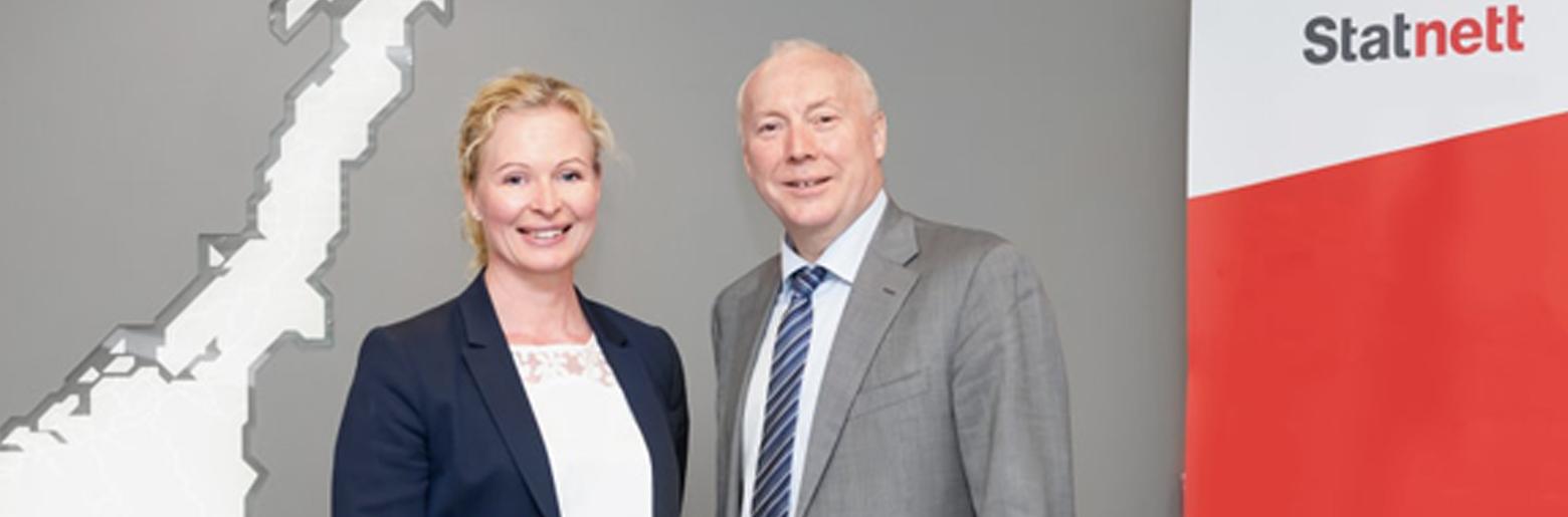 Sikkert samarbeid: Statnett får tilgang til Sopra Sterias 800 sikkerhetsklarerte medarbeidere i Norge. På bildet Beate Sander Krogstad, konserndirektør med ansvar for IT i Statnett, og administrerende direktør Kjell Rusti i Sopra Steria.
