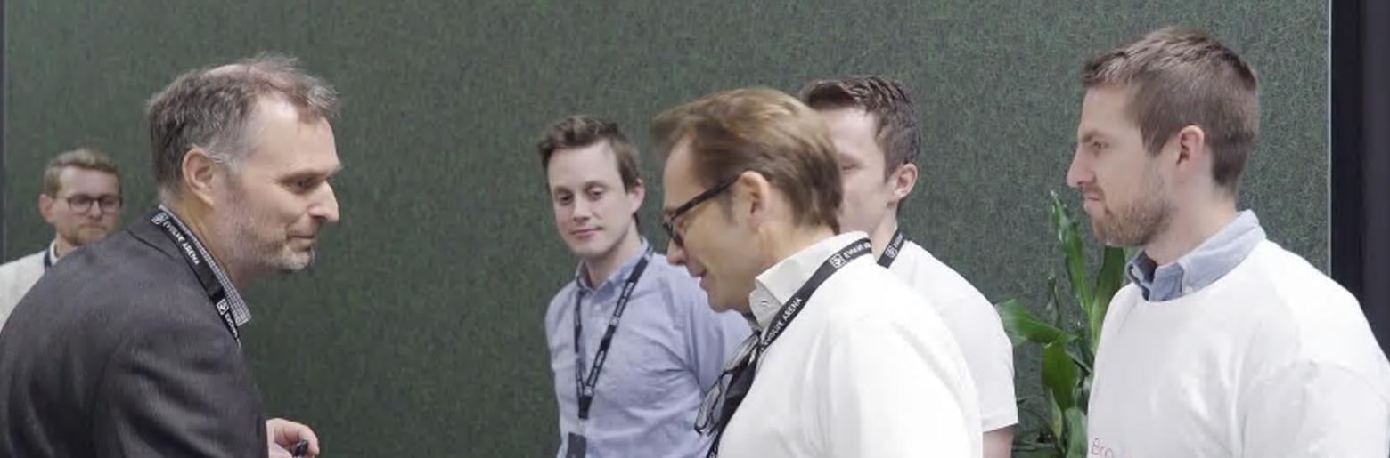 GRATULASJONER: Jurymedlem Kjell Håvard Belsvik (til venstre), som er prosjektleder for Ferjefri E39 over Bjørnafjorden hos Statens vegvesen, gratulerer vinnerlaget i openLAB Hackathon