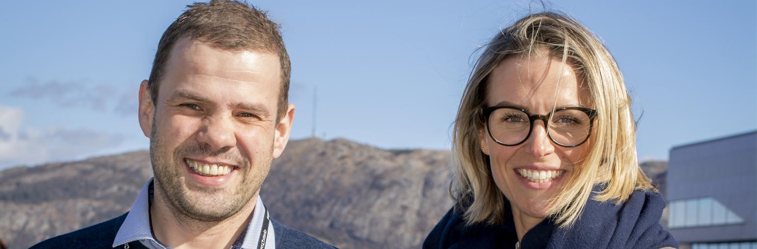 VOKSER I OLJEBYEN: Kenneth Titlestad og Heidi Ravndal gleder seg over at kollega nummer 100 nå er på plass. Foto: Kjetil Ravnås / Sopra Steria-