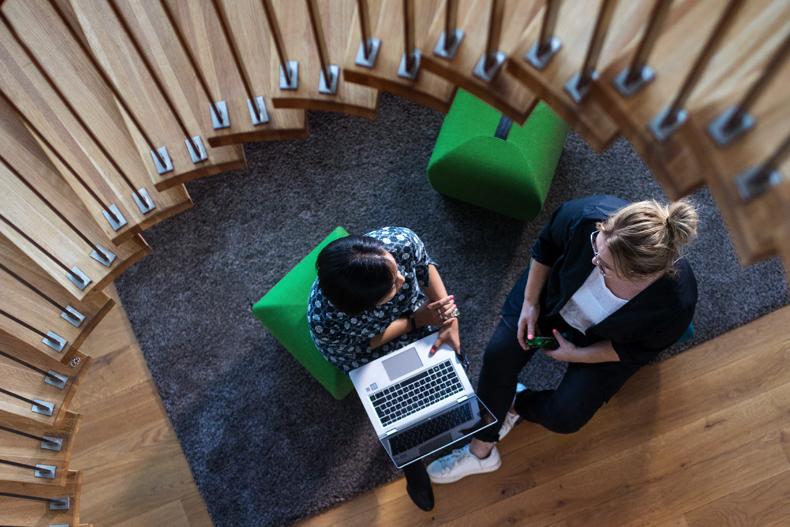 Designkollegaer jobber sammen