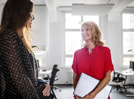 Kvinnelig leder med kollega