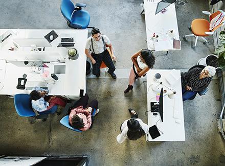 En gruppe mennesker i samarbeid