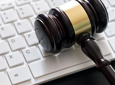 Tastatur med hammer til bruk i rettssal