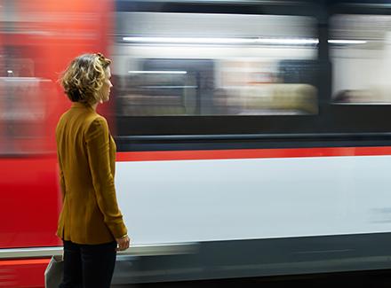 Dame ser på tog i fart