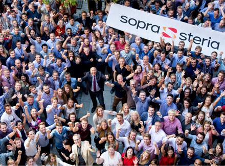 Gruppebilde av jublende Sopra Steria-medarbeidere