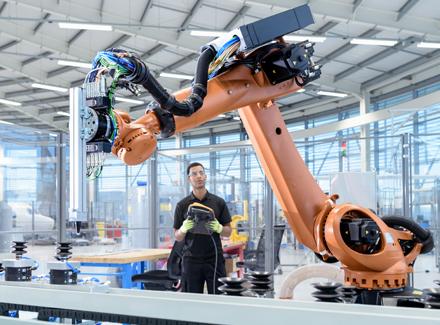 Mann med robot