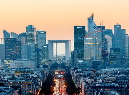 Storby med skyskrapere og trafikk