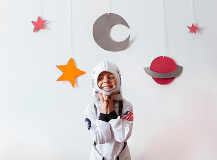 Jente leker astronaut
