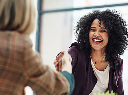 Kvinne gratulerer en annen kvinne