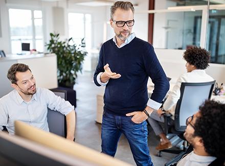 Leder i samtale  med kollegaer