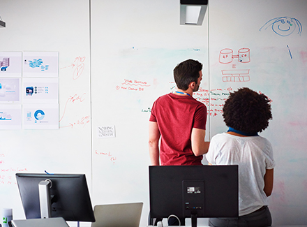 Medarbeidere i en Startup samarbeider