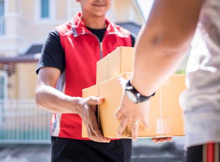 Et postbud leverer pakker