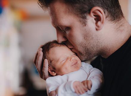 Far som holder liten baby