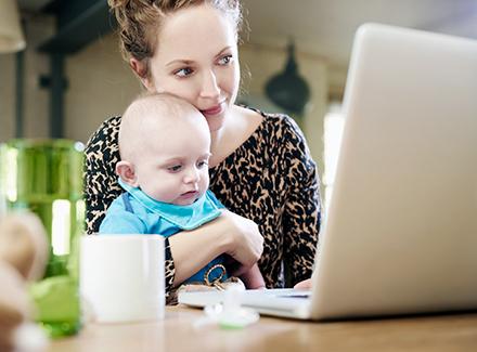 Mor og barn ser på PC