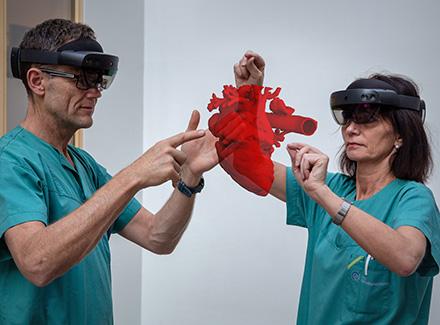 Holocare - leger studerer et hjerte - blandet virkelighet