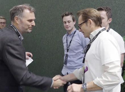 GRATULASJONER: Jurymedlem Kjell Håvard Belsvik (til venstre), som er prosjektleder for Ferjefri E39 over Bjørnafjorden hos Statens vegvesen, gratulerer vinnerlaget i openLAB Hackathon.