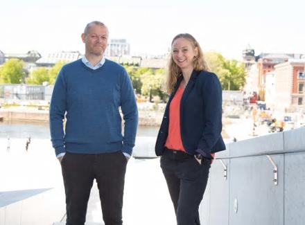 LANDBRUKSTEKNOLOGER: Mette Roald, leder for TINE Radikal Innovasjon, og Torkel Randem, utviklingsleder i Mimiro, er med på å sørge for at norske fjøs digitaliseres. Foto: Sopra Steria