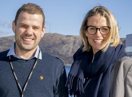 VOKSER I OLJEBYEN: Kenneth Titlestad og Heidi Ravndal gleder seg over at kollega nummer 100 nå er på plass. Foto: Kjetil Ravnås / Sopra Steria.