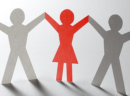 Papirfigurer holder hendene høyt oppe