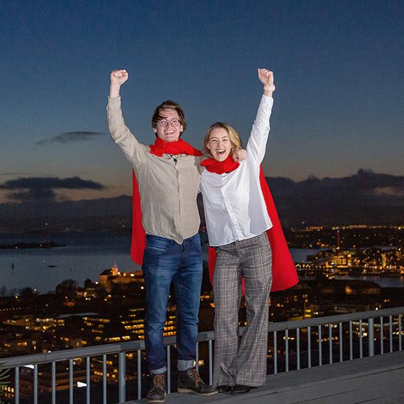 Mann og kvinne som superhelter